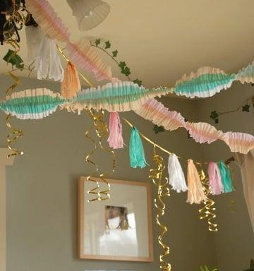 como hacer decoracion con papel crepe y globos