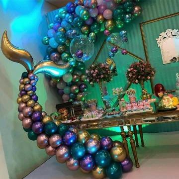 creativa decoracion con globos metalicos