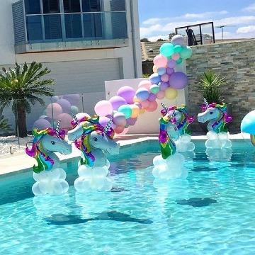 decoracion de unicornio con globos en piscina