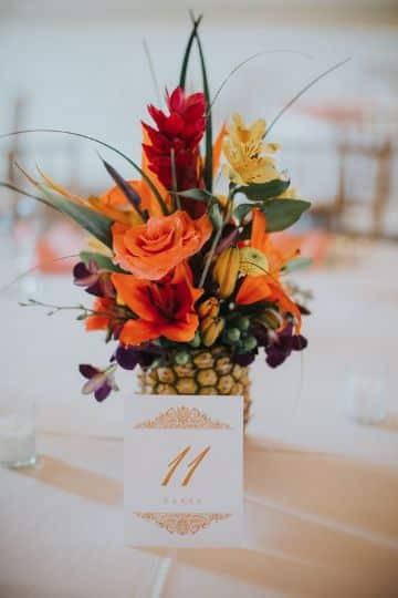 centros de mesa con piñas y flores para bodas