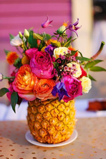 centros de mesa con piñas y flores para fiestas