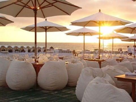 elegante fiesta de blanco en la playa