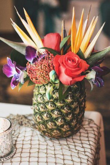 fotos de centros de mesa con piñas y flores