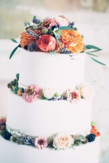 tortas con flores naturales rojas