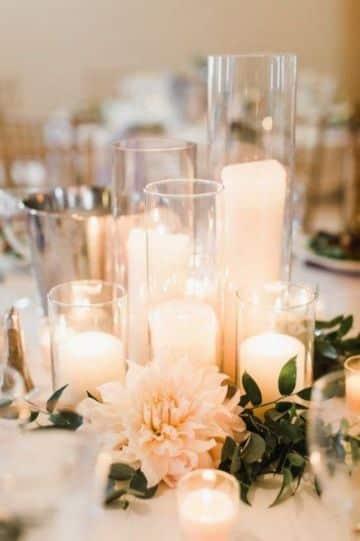 centros de mesa boda con velas blancas