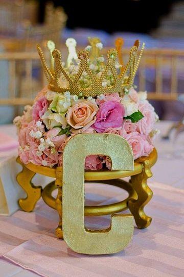 centros de mesa con coronas y flores