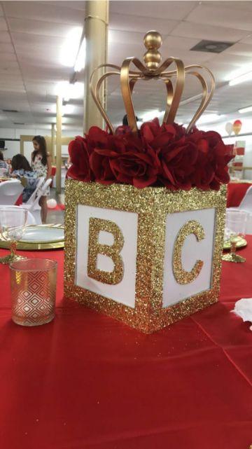 centros de mesa con coronas y rosas