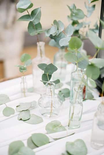 centros de mesa con eucalipto y floreros