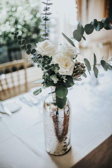 centros de mesa con eucalipto y flores