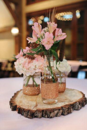 centros de mesa con astromelias y madera