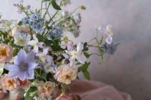 Como hacer una decoracion con flores naturales