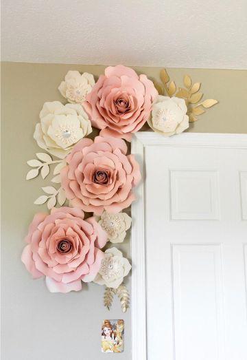 decoracion fiesta con flores de papel en entradas
