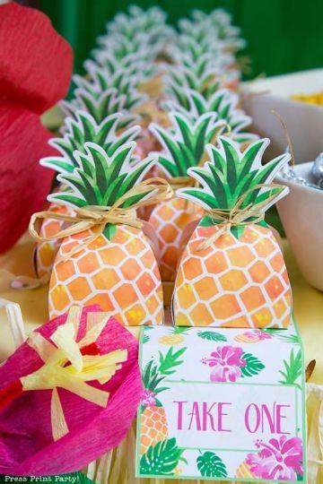 decoracion de cumpleaños con piñas de carton