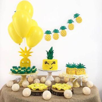 decoracion de cumpleaños con piñas en el pastel