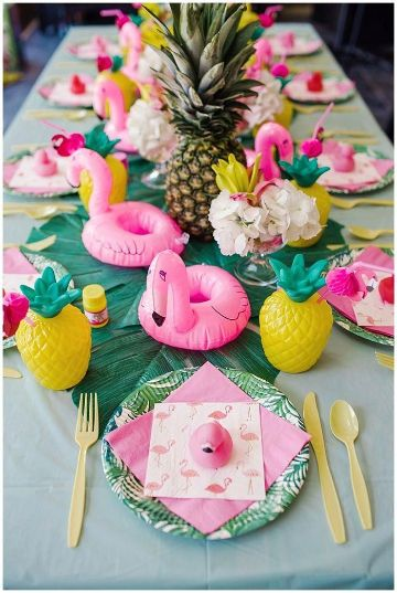 decoracion de cumpleaños con piñas en la mesa