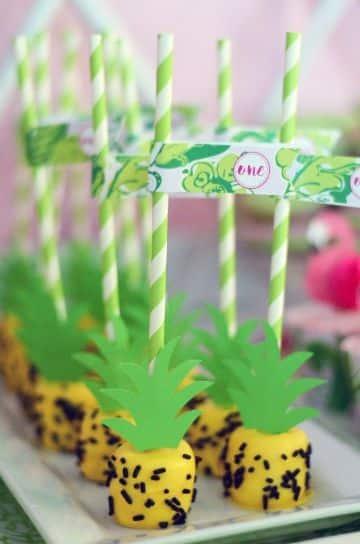 decoracion de cumpleaños con piñas para dulces