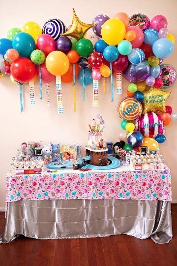mesa de dulces para fiestas infantiles con globos