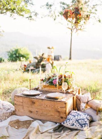 decoracion cena romantica en el suelo al aire libre