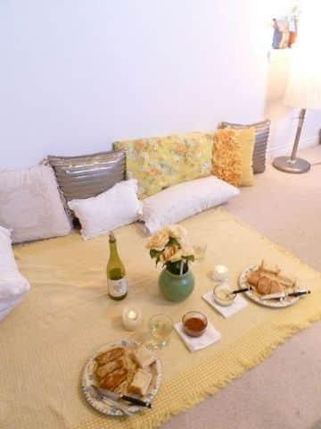 decoracion cena romantica en el suelo de la sala
