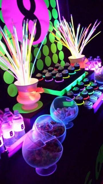 mesas de dulces para fiestas de neon 15 años