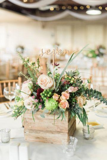 centros de mesa con palitos de madera para bodas