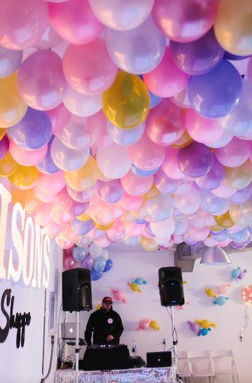 como hacer una decoracion de globos en techo