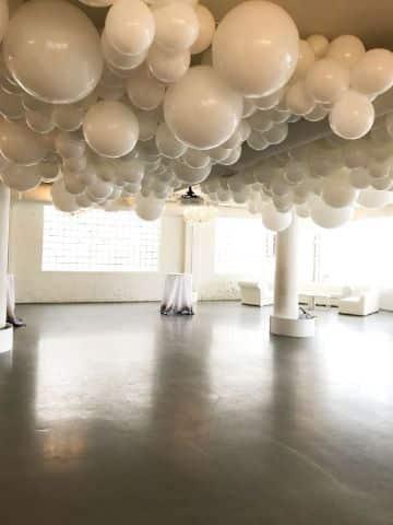 decoracion de globos en techo para bodas