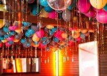 Hermosa y sencilla decoracion de globos en techo