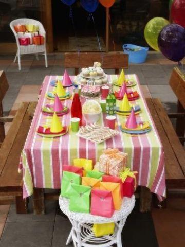 decoracion para cumpleaños infantiles en casa con mesas