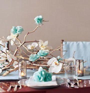 hermosas mesas decoradas con flores de papel