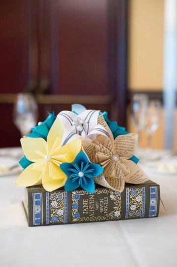 mesas decoradas con flores de papel para bodas