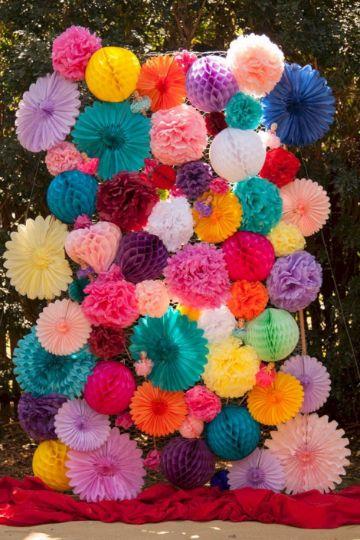 decoraciones de flores de papel para cumpleaños en pared