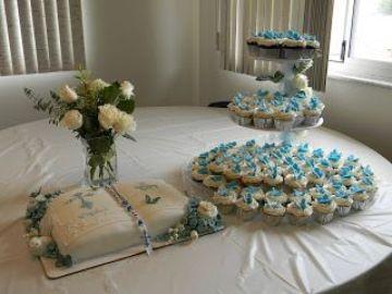 mesas decoradas para bautizo de niña con cupcake