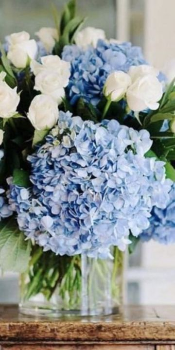 bodas con centro de mesa azul y blanco