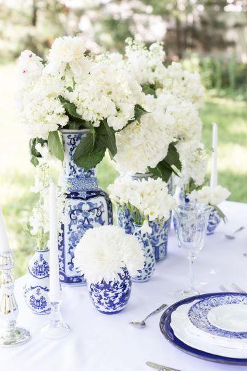 bodas sencillas con centro de mesa azul y blanco