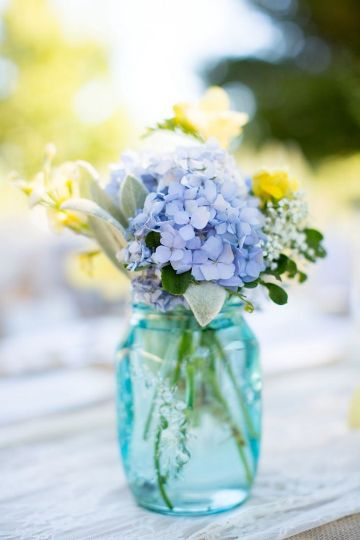 centro de mesa azul y blanco sencillos