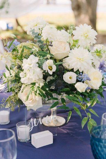 centros de mesa azul con blanco con flores