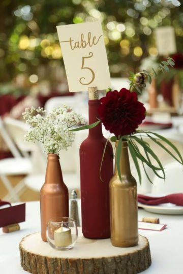 centros de mesa con botellas y madera