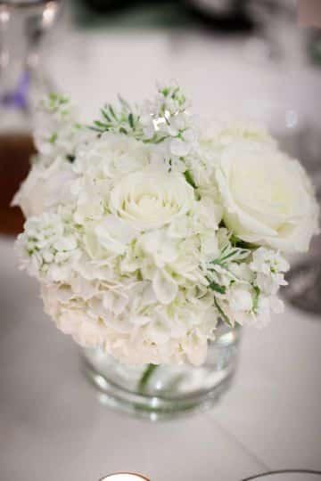 centros de mesa de rosas blancas para quinceaños