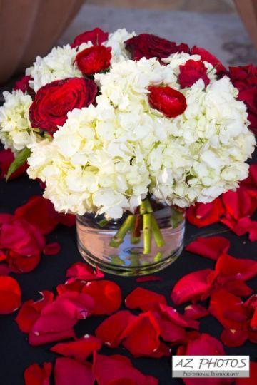 centros de mesa en rojo y blanco con rosas