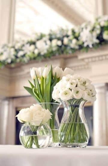 flores blancas para centro de mesa de bodas en casa