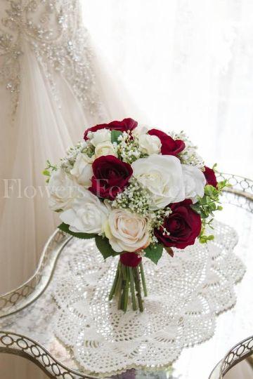 4 sencillos estilos de ramos de flores blancas y rojas
