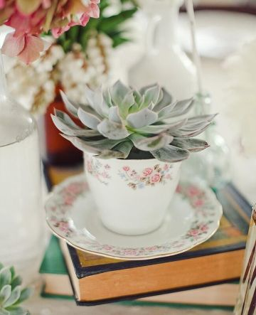 centros de mesa con copas y flores y tazas