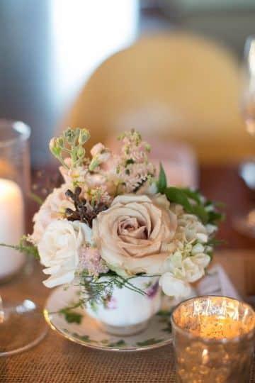 ideas de centros de mesa con copas y flores