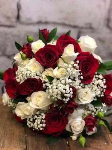ramos de flores blancas y rojas sencillos