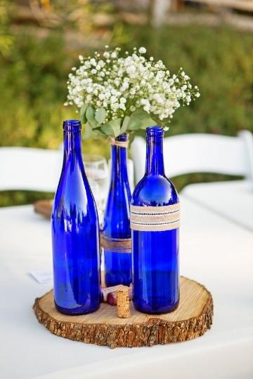 centros de mesa azul rey con botellas