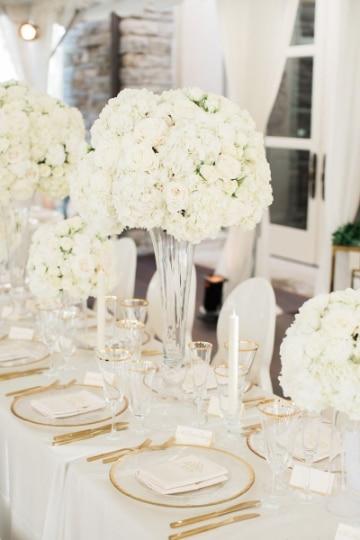 centros de mesa con rosas blancas alto