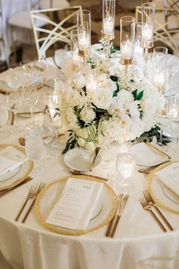 centros de mesa con rosas blancas para bodas