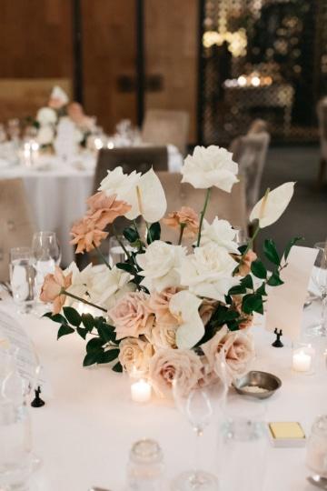 centros de mesa con rosas blancas pequeño