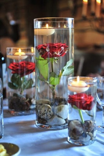 centros de mesa con velas flotantes y rosas